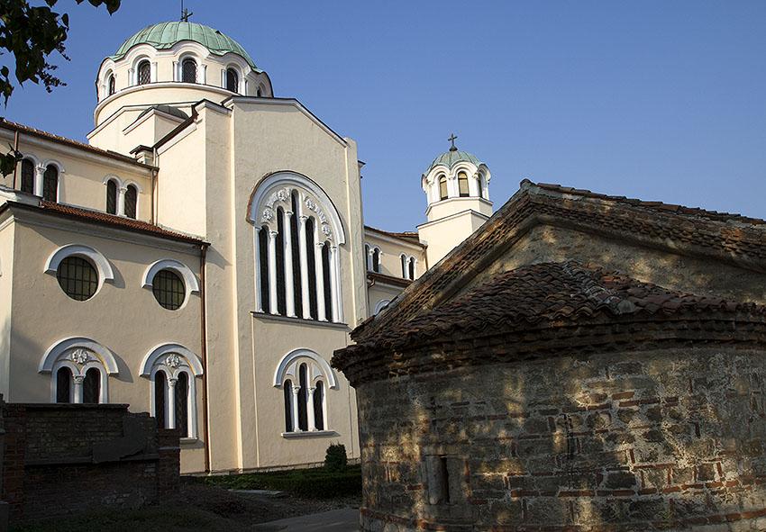 Църквите Св. Николай Мирликийски чудотворец (в дъното голямата) и Св. Пантелеймон (абсидата вдясно)