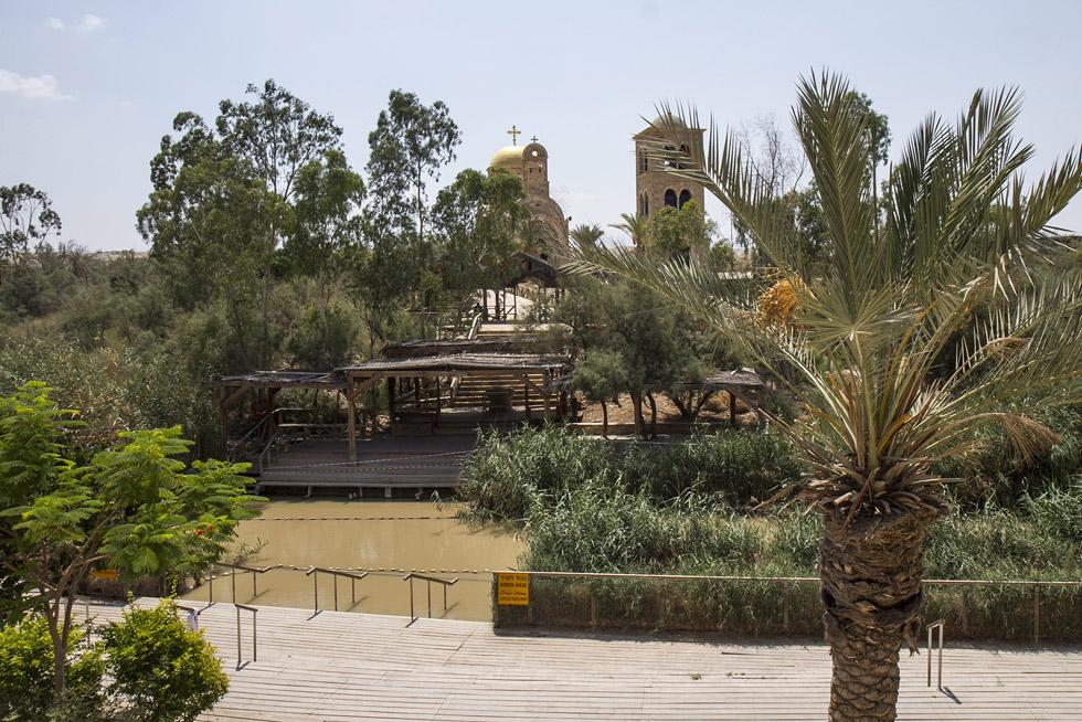 Река Иоардан - мястото за поклоници. Отсреща е Иордания