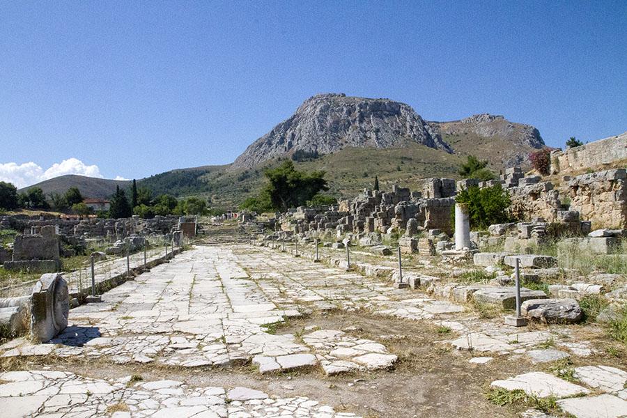 Останки от Стария Коринт - пътят от морето към града. В дъното се издига хълмът на Акрокоринт